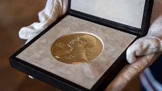 ميدالية لجائزة نوبل في الفيزياء والتي حصل عليها روجر بنروز في لندن.