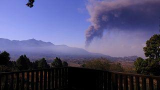 منذ الأمس ارتفعت سحب دخانية كبيرة فوق البركان في لا بالما