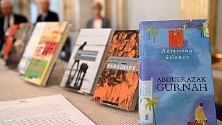 Devant le comité Nobel à Stockholm, des livres d'Abdulrazak Gurnah