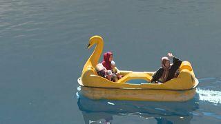 Mujeres afganas saludan desde un bote a pedales, 4/10/2021, Band-e Amir, Afganistán