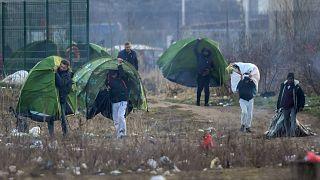 """Migrantes em Calais sofrem """"humilhações e assédios diários"""""""