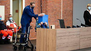 Réu chegou ao tribunal em dificuldade e escondendo a cara