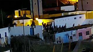 Cientos de migrantes intentan entrar en el enclave español de Ceuta