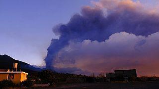 El volcán Cumbre Vieja desprende una columna de humo y cenizas