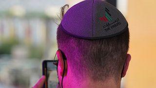 شاب يلبس قلنسوة يهودية كتب عليها شعار الإمارات السياحي خلال افتتاح جناح إسرائيل في إكسبو دبي 2020. 07/10/2021