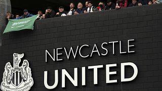 جمهور نيوكاسل يونايتد يحتفل بسات جيمس بارك في نيوكاسل بعد إقرار خبر الاستحواذ السعودي على النادي. 07/10/2021