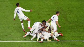 Les joueurs de l'équipe de France célébrant leur troisième but, scellant leur victoire en demi-finale de la Ligue des nations contre la Belgique, le 7 octobre 2021 à Milan