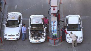سائقو سيارات الأجرة وهم يزودون سياراتهم بالوقود في محطة وقود في القاهرة، مصر.