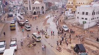 Jemeni áradás. utak, autók rongálódtak meg