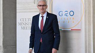 الأمين العام للانتربول يورغن ستوك في متحف بالازو باربيريني في روما، إيطاليا.
