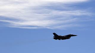 طائرة مقاتلة إف-16أثناء مناورة عسكرية في شمال أثينا، اليونان.