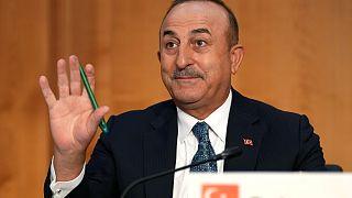 مولود تشاوش أوغلو، وزير الخارجية التركية  في مكتب الخارجية التركي في برلين، ألمانيا.