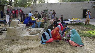 Bestattungen in Pakistan - Mindestens 20 Todesopfer nach Erdbeben