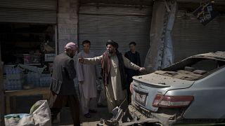 مقاتلو طالبان في موقع انفجار في كابول، أفغانستان.