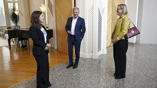 نيلا سالمينن (يسار) البالغة من العمر 16 عامًا ، والرئيس الفنلندي سولي نينيستو (وسط) والنائب إيفا بياوديت يقفون في مقر الرئاسة مانتينيمي في هلسنكي ، فنلندا ، في 6 أكتوبر 2021