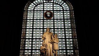تمثال القديس يوحنا باتيست دي لاسال في الكنيسة الكاثوليكية في وسط باريس، فرنسا.