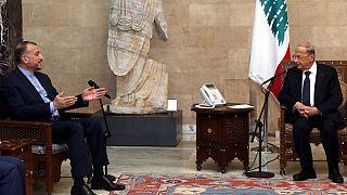 الرئيس اللبناني ميشال عون (إلى اليمين) مع وزير الخارجية الإيراني حسين أمير عبد اللهيان في القصر الرئاسي في بعبدا، شرق العاصمة بيروت - 7 أكتوبر 2021