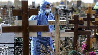 في إحدى المقابر في مدينة أومسك الروسية