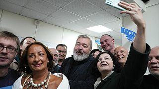 Friedensnobelpreisträger Dmitry Muratpv mit Frau und Fans