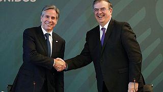 El Secretario de EEUU, Antony Blinken, y el canciller mexicano, Marcelo Ebrard, se saludan en el inicio de su reunión en Ciudad de México