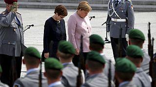 Angela Merkel und Annegret Kram-Karrenbauer mit Wachbataillon-Soldaten ARCHIV