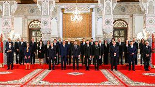ملك المغرب محمد السادس يتوسط أعضاء الحكومة الجديدة في القصر الملكي في فاس. 2021/10/07