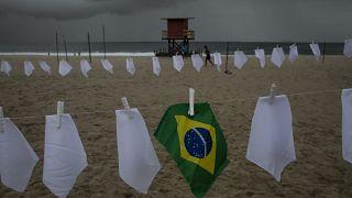 Aktion zum Gedenken an die Covid-Opfer an der Copacabana