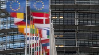 أعلام دول الاتحاد الأوروبي ترفرف أمام البرلمان الأوروبي في ستراسبورغ بشرق فرنسا.