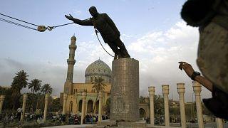 إسقاط تمثال الرئيس العراقي السابق صدام حسين في ساحة الفردوس بوسط بغداد في 9 أبريل 2003.