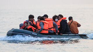 مهاجرون يعبورن قناة المانش بشكل غير قانوني من فرنسا إلى بريطانيا في 11 سبتمبر 2020.