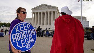 متظاهرة أمام المحكمة العليا في واشنطن