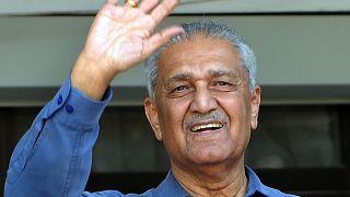 عبد القدير خان مهندس البرنامج النووي الباكستاني.