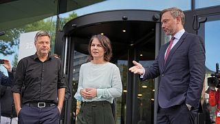 A Zöldek két társelnöke, Robert Habeck és Annalena Baerbock a liberálisok vezetőjével, Christian Lindnerrel