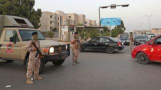 جنود ليبيون يقفون على حاجز في جنوب شرق العاصمة طرابلس.