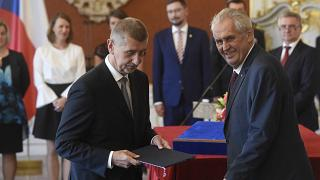 """الرئيس التشيكي ميلوس زيمان يسلم شهادة التعيين لزعيم حزب """"آنو"""" (نعم) أندريه بابيش. أرشيف."""