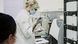A belgrádi Torlak virológiai intézet munkatársa (archív felvétel)