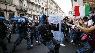 اشتباكات بين الشرطة والمتظاهرين خلال احتجاج ضد الشهادة الصحية في روما.