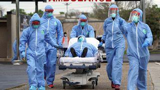 نقل مصاب بمرض كوفيدـ19 إلى مركز طبي في هوستن. 2020/03/19