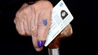 مسنة عراقية بعد الإدلاء بصوتها في بغداد