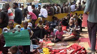 """شاهد"""" المهاجرون في ليبيا يطالبون بترحيلهم إلى مكان آمن"""