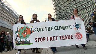 Klimamarsch in Brüssel: Tausende machen vor COP26 Druck