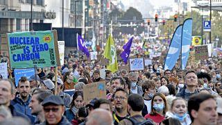 متظاهرون يرفعون لافتات أثناء مشاركتهم في مسيرة من أجل المناخ في بروكسل ، الأحد 10 أكتوبر 2021.
