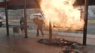 Un artefacto incendiario casero explota junto a una parada de autobús en el centro de Santiago de Chile.