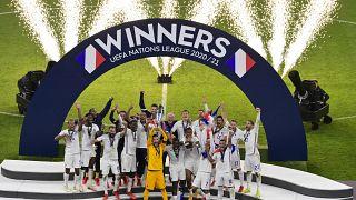 اللاعبون الفرنسيون مع كأسهم بعد هزيمة إسبانيا للفوز بمباراة كرة القدم النهائية لدوري الأمم الأوروبية UEFA في ملعب سان سيرو ، في ميلانو ، إيطاليا ، الأحد ، 10 أكتوبر ، 2021.