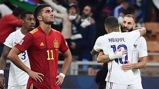 Benzema y Mbappé celebran la victoria francesa ante un decepcionado Ferrán Torres