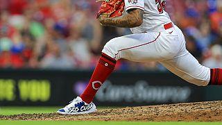 Jugador de béisbol con el mensaje SOS Cuba en su calzado