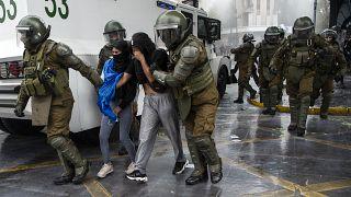 مواجهات في سانتياغو عاصمة تشيلي بين شرطة مكافحة الشغب ومتظاهرين من السكان الأصليين في البلاد، الأحد 10 تشرين الأول/أكتوبر 2021