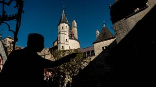 Un visiteur devant le château de la Rochepot, le 08 octobre 2021