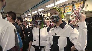 Modelos posan al interior de un vagón de metro, 10/10/2021, Taipei, Taiwán