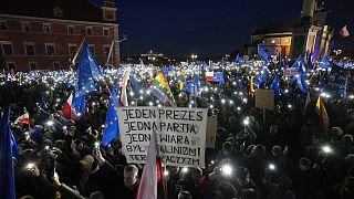 """100.000 Polen protestieren gegen """"Polexit"""""""